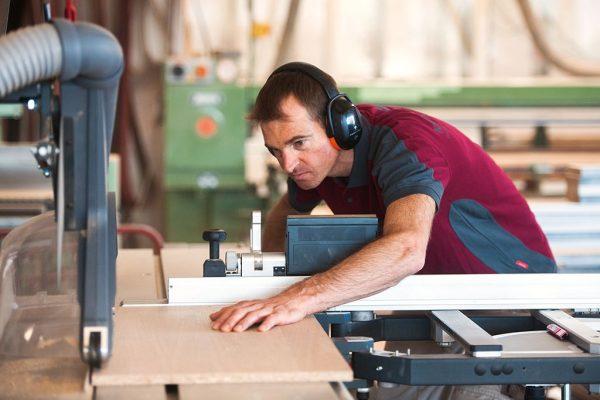 Schreiner schneidet Holz » Kaupp & Diether